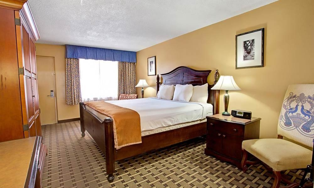 Howard_Johnson_Express_Lakefront_Park_Guestroom_01