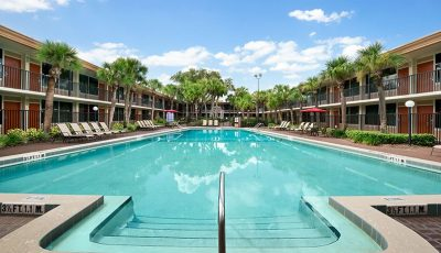 Ramada-kissimmee-gateway-hotel-heated-pool
